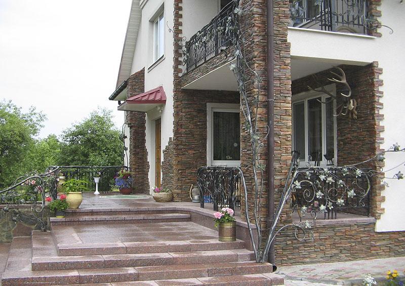 Фасад дома с камнем фото